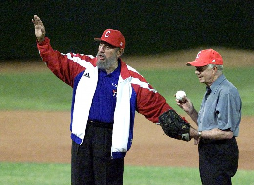 En compagnie de Jimmy Carter, en 2002, sur un terrain de baseball. (Photo archives AFP)