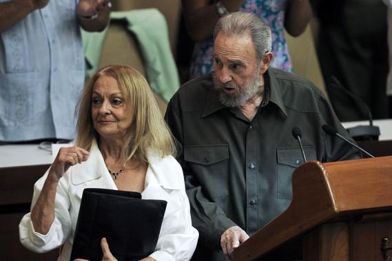 Fidel Castro était accompagné de son épouse Dalia Soto del Valle lors d'une session spéciale du parlement cubain, le 8 août 2010 à La Havane. (PHOTO  ADALBERTO ROQUE, ARCHIVES AFP)