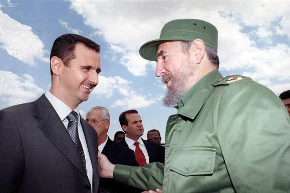 Fidel Castro avec le président syrienBachar al-Assad lors d'une visite à Damas, en 2001. (PHOTO ARCHIVES AFP/SANA)
