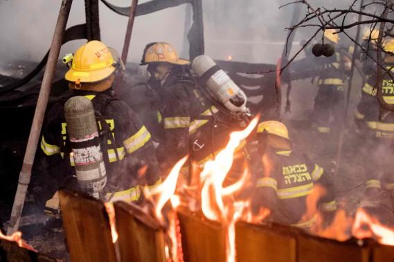 Une équipe de pompiers palestiniens s'est également rendue en renfort. (AFP)