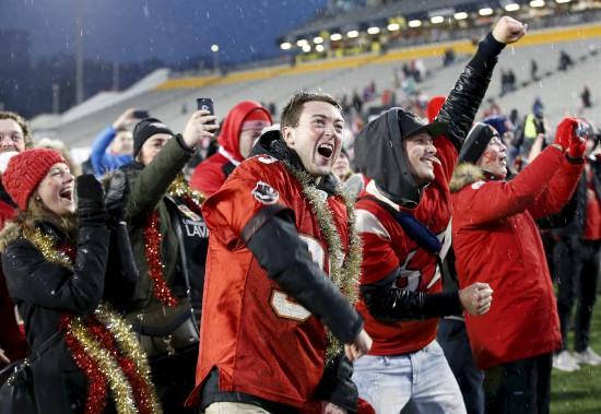 L'émotion était à son comble chez les partisans du Rouge et Or tout juste après avoir remporté la Coupe. (Le Soleil, Yan Doublet)