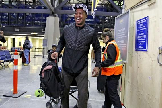 Henry Burris est entré dans la gare en chaise roulante pour rapidement se lever devant les médias. (Patrick Woodbury, Le Droit)