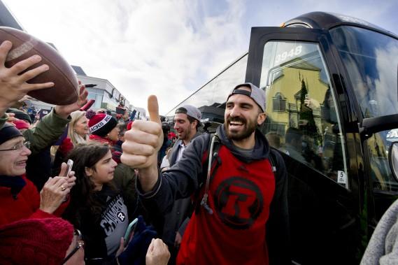 Ettore Lattanzio salue les partisans à sa sortie de l'autobus. (Martin Roy, Le Droit)