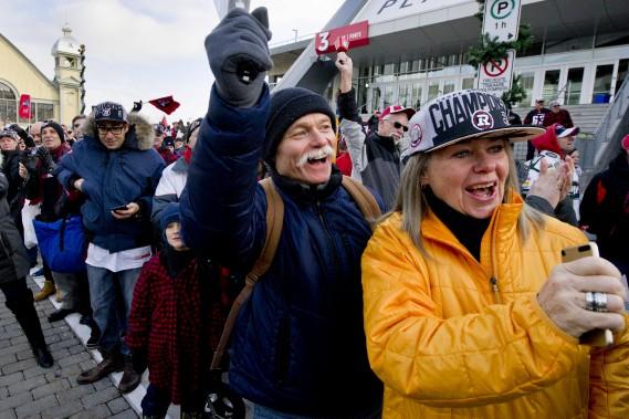 Environ 300 partisans ont accueilli les joueurs du Rouge et Noir à leur arrivée à Ottawa, lundi. (Martin Roy, Le Droit)