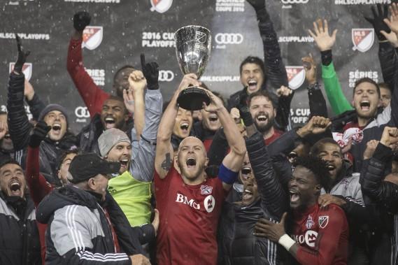Michael Bradley soulève le trophée de l'Association de l'Est après la victoire de son équipe contre l'Impact de Montréal. (Photo Chris Young, La Presse canadienne)