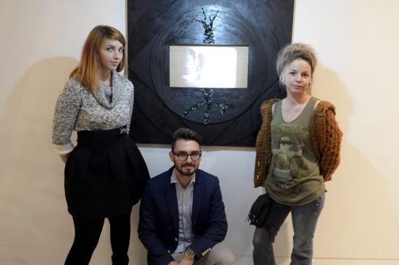 Johanna Margot Sanchez, Thibaud Blain et IBelle mélangent art visuel et vidéo dans leur pratique. Ils posent ici devant <em>Asthenie</em> de Thibaud Blain. (Photo Le Progrès-Dimanche, Jeannot Lévesque)