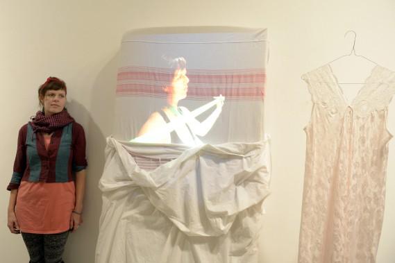 Izabelle Girard présente une installation vidéo issue d'une performance réalisée plus tôt cet automne. (Photo Le Progrès-Dimanche, Jeannot Lévesque)