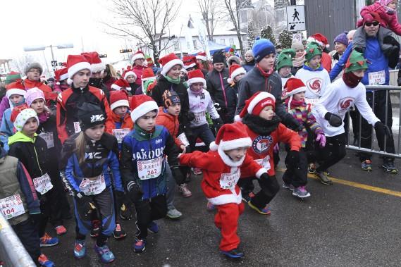 De plus en plus de jeunes prennent part à la course des Lutins, dans le cadre de la course des père Noël, présenté pour une 6e édition au centre-ville de Jonquière. (Photo Le Progrès-Dimanche, Michel Tremblay)