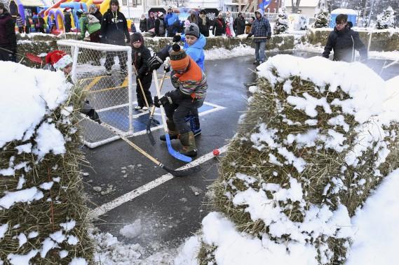 Parmi les activités organisées autour de la bibliothèque municipale de Jonquière, les gens pouvaient assister à des matchs de hockey-bottines. (Photo Le Progrès-Dimanche, Michel Tremblay)
