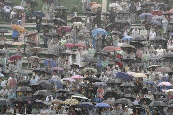 Les gens assemblés dans le stade attendent le cortège funéraire. (AP)