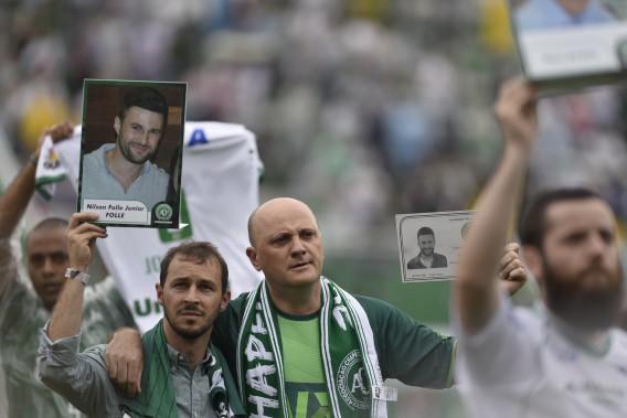 Les membres des familles des joueurs tués rendent hommage aux victimes de l'écrasement. (AFP)