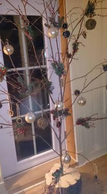Un arbre de Noël à base de branches. (Mélanie Dufour)