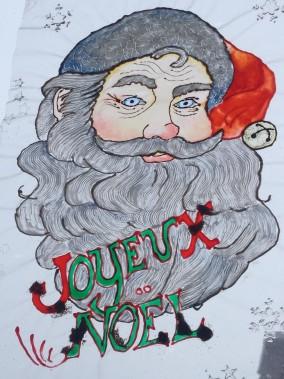 Le père Noël est fait en faux vitrail sur une feuille de mica qui colle sur une surface lisse. ()