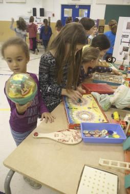 Les élèves de la maternelle ont fait des recherches pour retrouver des jouets des années 1950 à 1969. (Photo Le Progrès-Dimanche, Mélissa Viau)