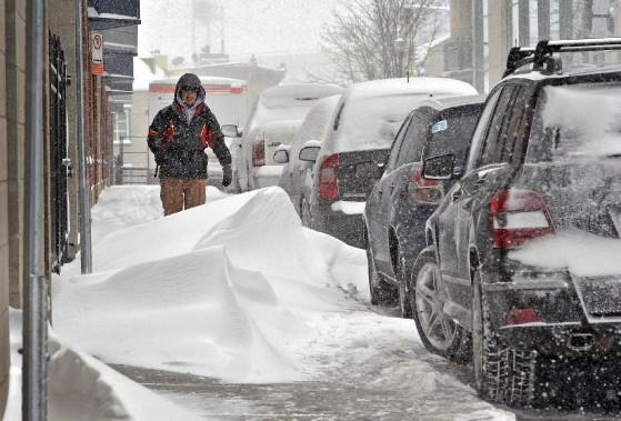 Des bancs de neige sur les trottoirs du centre-ville de Saint-Roch (Patrice Laroche)