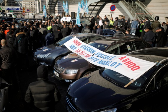 Des centaines de chauffeurs ont protesté contre les conditions salariales d'Uber à Paris. (photo : REUTERS)