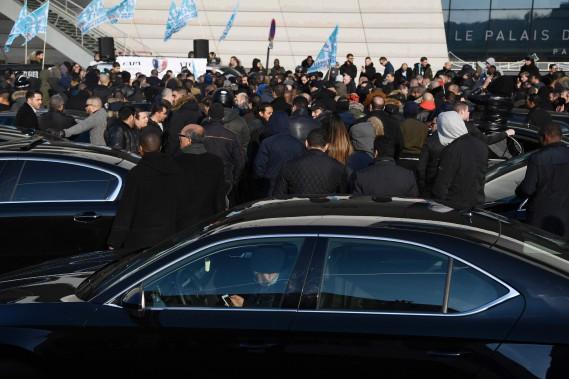 Des centaines de chauffeurs ont bloqué l'accès à une grande artère de Paris pour protester contre les conditions de travail chez Uber. Certains chauffeurs travaillant pour d'autres services dénonçaient ce qu'ils perçoivent comme une menace pour leur gagne-pain. (AFP)