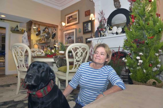 Marie Baillargeon en compagnie de la chatte Luna et de la chienne Rosée, qui est parée d'un collier assorti à la pièce. (Le Soleil, Jean-Marie Villeneuve)