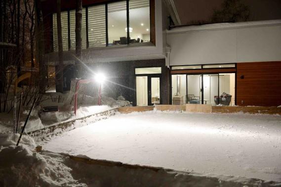 Une belle patinoire occupe la cour arrière, l'oeuvre de Jasmin, spécialiste en glace. (Le Soleil, Erick Labbé)