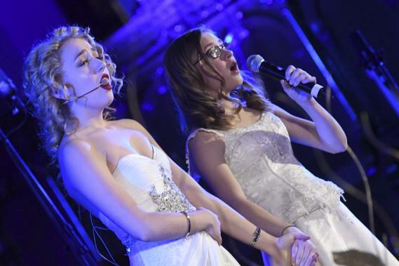 La violoncelliste Marie-Pier Simard-Gagnon et la chanteuse Gabrielle Lapointe (Photo Le Progrès-Dimanche, Michel Tremblay)