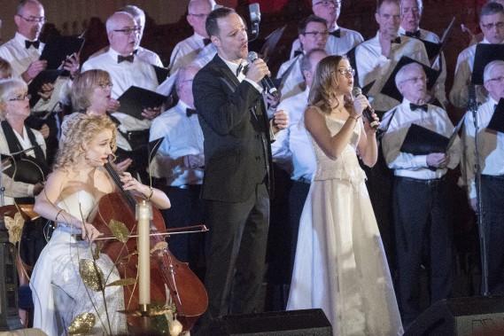 La violoncelliste Marie-Pier Simard-Gagnon,le baryton Dominique Côté et la chanteuse Gabrielle Lapointe ont enchanté la foule avec leur voix et leur instrument. (Photo Le Progrès-Dimanche, Michel Tremblay)