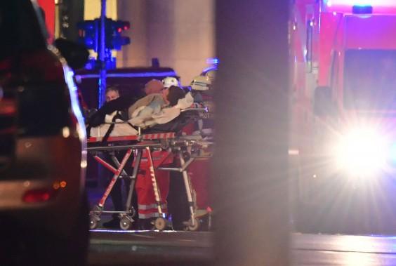 Un homme blessé a été transporté sur une civière. (Photo AFP)