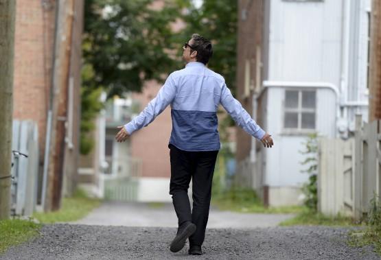 Pour les besoins d'un reportage spécial du Soleil sur sa pièce 887, le comédien et metteur en scène Robert Lepage est retourné sur les lieux de son enfance, en l'occurrence la rue Murray, dans le quartier Montcalm. (Le Soleil, Yan Doublet)