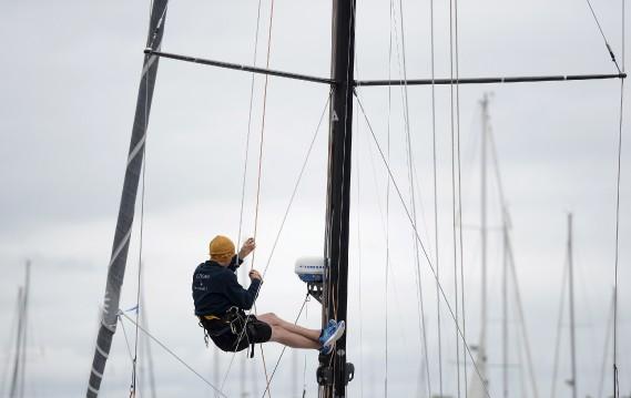 Les derniers préparatifs d'un compétiteur de la Transat Québec Saint-Malo, début juillet. (Le Soleil, Yan Doublet)