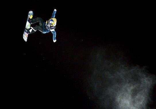 Un participant à la compétition de planche à neige Big Air, tenue le 13 février, s'envole du tremplin de 40 mètres, installé près des bretelles de l'autoroute Dufferin. (Le Soleil, Yan Doublet)