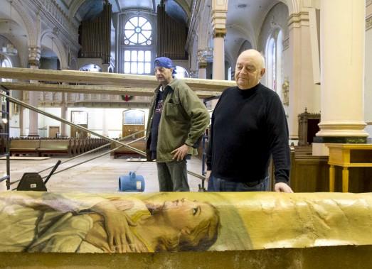 Le curé François Donaldson constate les dégâts causés par l'infiltration d'eau. Une oeuvre d'art s'est notamment décrochée du plafond de l'endroit. (Sylvain Mayer)
