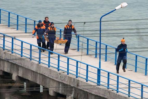 Des sauveteurs ramènent un corps récupéré en mer Noire à la suite de l'écrasement de l'avion militaire russe. (PHOTO AFP)