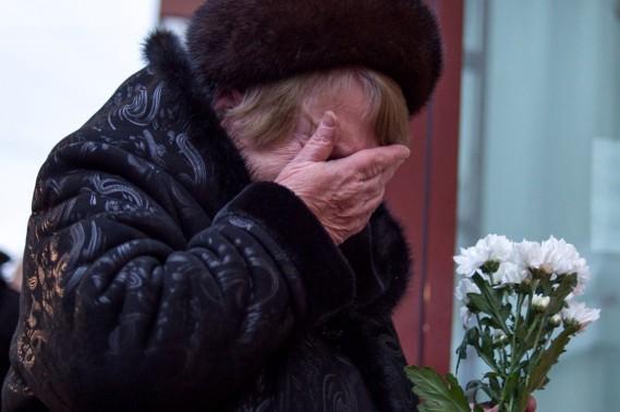 Une femme essuie ses larmes devant un mémorial destiné aux victimes de l'écrasement. (PHOTO AFP)