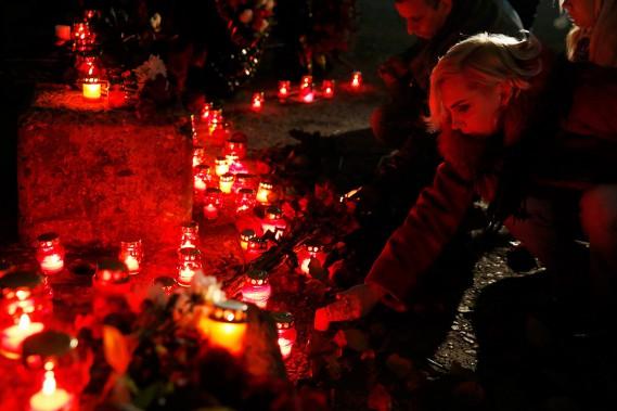 Des chandelles ont été déposées sur la rive de la mer Noire, à Sotchi, pour honorer la mémoire des victimes. (PHOTO REUTERS)