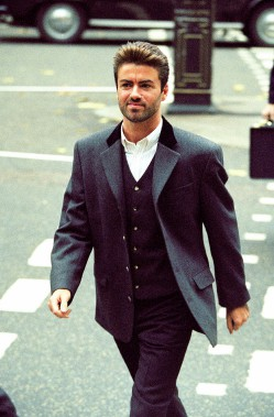 George Michael arrivant à la cour de Londres, le 28 octobre 1993, alors qu'il tentait de rompre son contrat avec Sony Music Entertainment (UK). (AP, Alistair Grant)