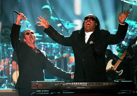 George Michael et Stevie Wonder, le 10 avril 1997, à l'émission <em>4th annual VH1 Honors</em>. (AP, Mark J. Terrill)