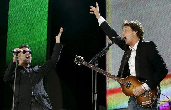 George Michael et Paul McCartney le 2 juillet 2005, à Hyde Park, à Londres. (AP, Lefteris Pitarakis)