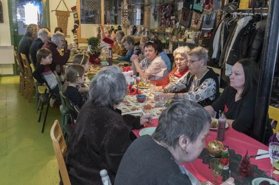 Une douzaine de personnes âgées étaient rassemblées avec leur bénévole attitré. (Photo Le Quotidien, Michel Tremblay)