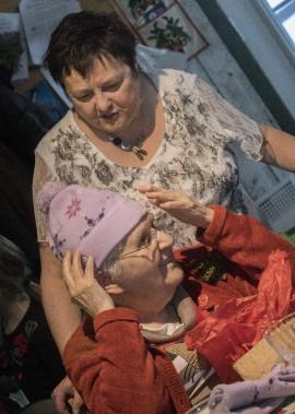 Gabrielle Grenon était heureuse de recevoir le présent de son amie Sylvie Cloutier. (Photo Le Quotidien, Michel Tremblay)