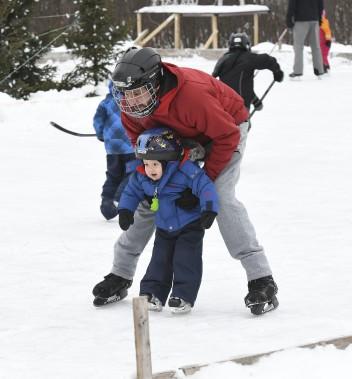 Le petit Victor, âgé de seulement deux ans, semblait déjà à l'aise sur ses patins, lorsqu'aperçu sur la patinoire du parc Rivière-du-Moulin. Le bambin se laissait guider par son père, Junior. (Photo Le Quotidien, Rocket Lavoie)