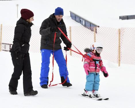 La petite Romy, âgée de trois ans, s'initiait au ski alpin pour la toute première fois, lundi en avant-midi, au mont Fortin de Jonquière. La petite, bien tenue par son papa, ne semblait pas être intimidée par les pentes. (Photo Le Quotidien, Rocket Lavoie)