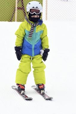 Le jeune Isaac était bien décidé à s'entraîner au ski alpin. Il effectuait quelques descentes, au mont Fortin, lundi matin. (Photo Le Quotidien, Rocket Lavoie)