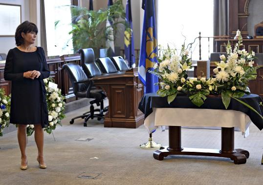 La mort subite de l'ex-maire Jean-Paul L'Allier, le 5 janvier, a créé une onde de choc dans la capitale. La population a pu lui rendre un dernier hommage, trois jours plus tard, à la salle du conseil municipal, en présence de sa femme, Johanne Mongeau. (Le Soleil, Patrice Laroche)