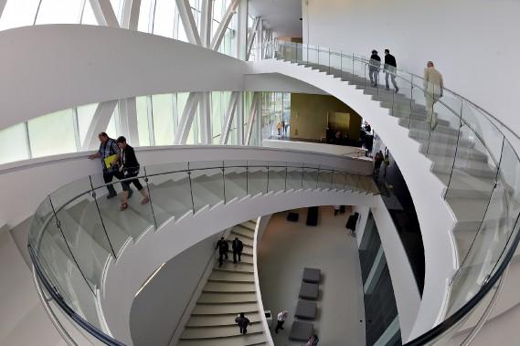 Le pavillon Lassonde du Musée national des beaux-arts du Québec a été inauguré en grande pompe le 24 juin. Le public a pu découvrir une architecture qui fait la part belle à la lumière. Pour cette photo, Patrice s'est servi d'un objectif «oeil de poisson» afin de montrer le majestueux escalier du hall d'entrée. Un clin d'oeil aux escaliers sans fin de Moebius... (Le Soleil, Patrice Laroche)