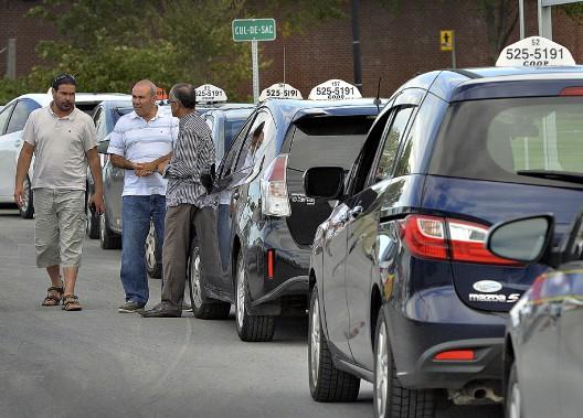 Le conflit entre les chauffeurs de taxi de Québec et ceux d'Uber ont défrayé la manchette à plusieurs reprises en 2017. Lors d'une manifestation, en septembre, sur le boulevard Hamel, tout semblait indiquer que les négociations se dirigeaient dans un... cul de sac pour le Regroupement indépendant des taxis de Québec. (Le Soleil, Patrice Laroche)
