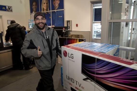 Après être arrivé au beau milieu de la nuit au Best Buy, Jimmy Germain a mis la main sur le tout nouveau téléviseur qu'il désirait tant. (Sylvain Mayer)