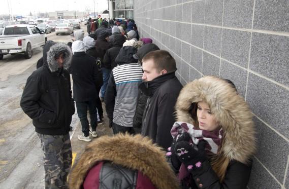 Plusieurs dizaines de chasseurs d'aubaines ont attendu de longues minutes devant certains commerces. (Sylvain Mayer)