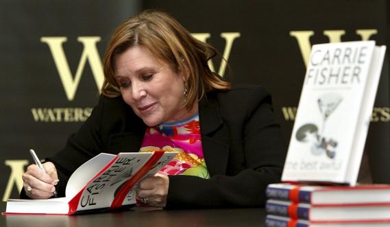 Carrie Fisher signe un autographe pour son livre <em>The Best Awful</em> à Londres, en 2004. (AP, John D. McHugh)