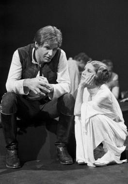 Harrison Ford discute avec Carrie Fisher sur le plateau de l'émission spéciale de CBS <em>The Star Wars Holiday</em>, en 1978, à Los Angeles. (AP)