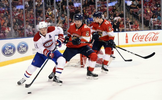 Brendan Gallagher tente de semer le centre Michael Sgarbossa. (Photo Steve Mitchell, USA Today Sports)