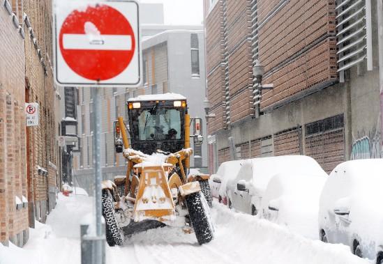 Le lendemain matin, à Québec, les déneigeurs s'activaient pour retirer les 20 à 30 centimètres de neige tombés sur Québec. (Le Soleil, Erick Labbé)
